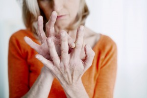 Deze dame heeft last van het PIP-gewricht van de wijsvinger